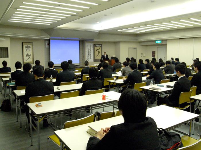 会員の前で講演する坂本会長